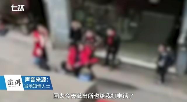 """重庆一女子当街掌掴多个""""红领巾"""",知情人:警方已介入"""