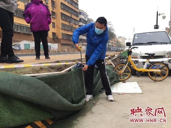 郑州惠济一小区被新修道路堵住 路面竟高出小区地面近1米居民无法出门